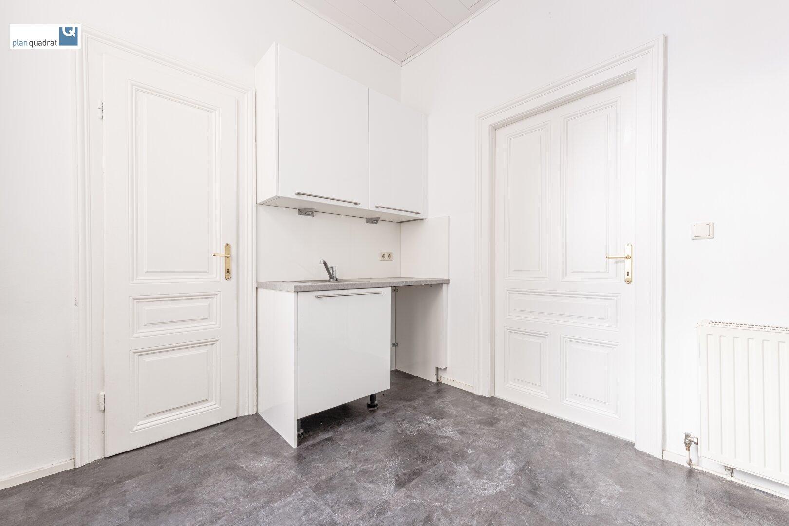 Küche mit Küchenzeile (inkl. aller Geräte) und Ausgang zum Klopfbalkon und Zugang zum Abstellraum