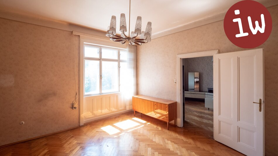 Zentrum: Charmanter Altbau 3 Zimmer Eigentumswohnung mit Loggia und Garten