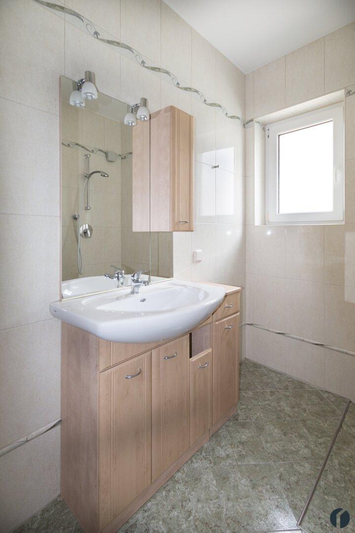 Badezimmer mit Fenster und Waschbecken