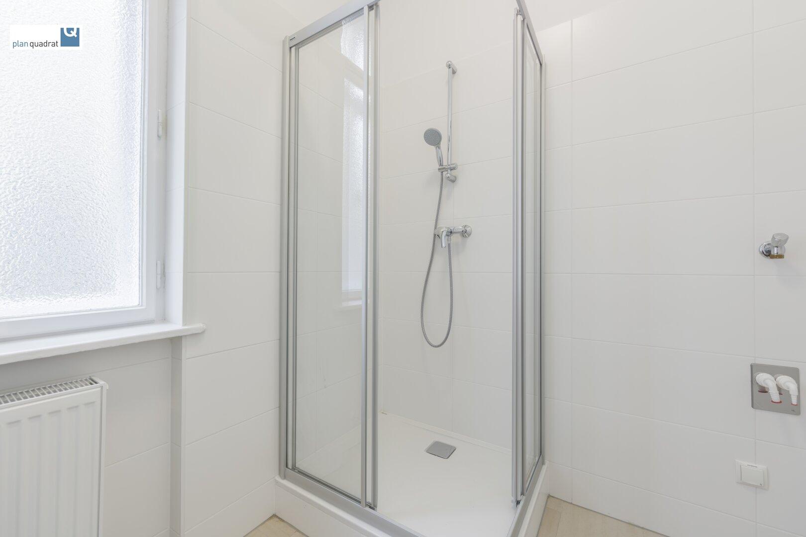 Badezimmer (ca. 4,90 qm - mit Waschbecken, Dusche und Toilette)