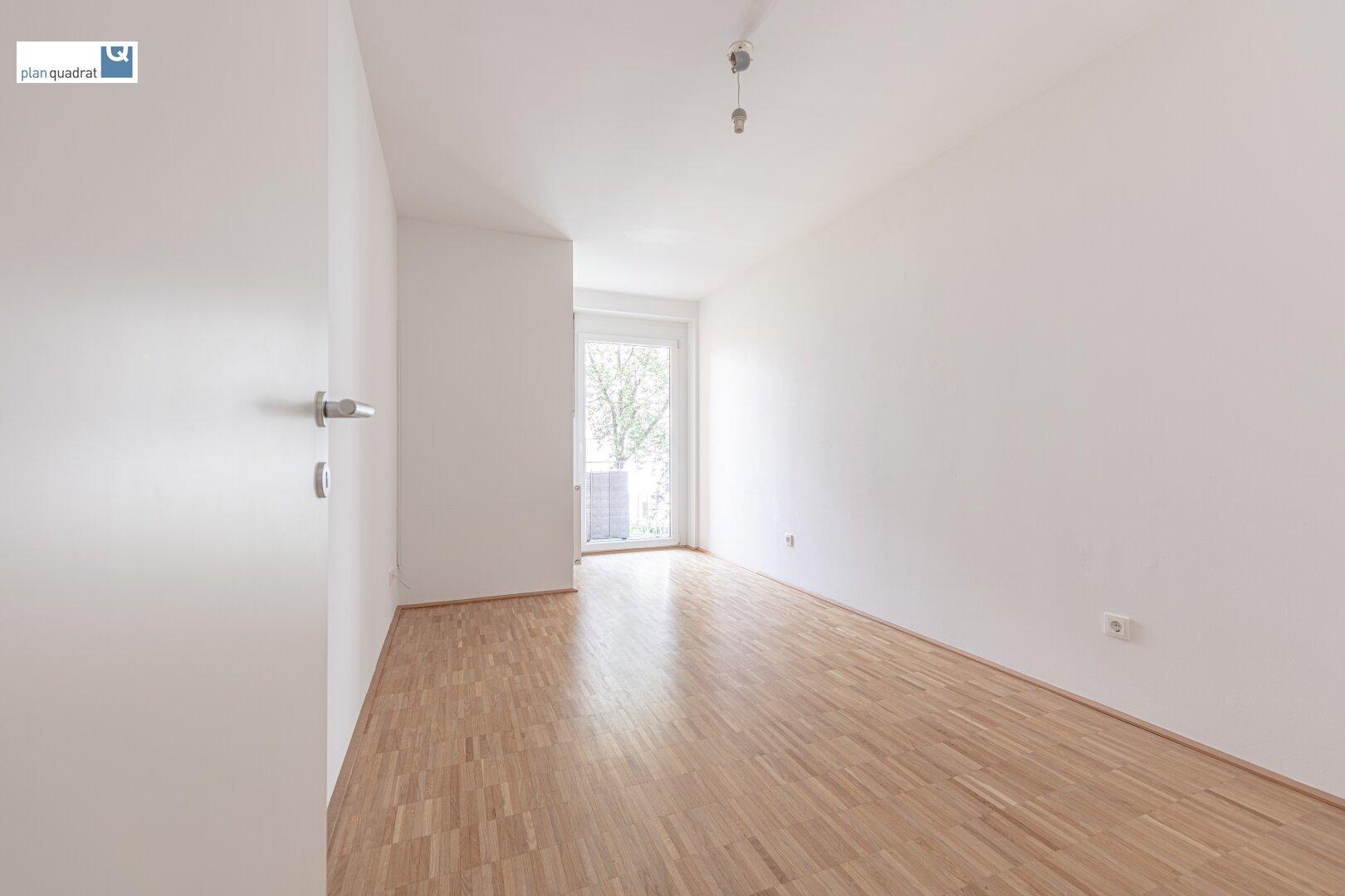 Schlafzimmer (ca. 12,10 m²) mit Ausgang zum Balkon
