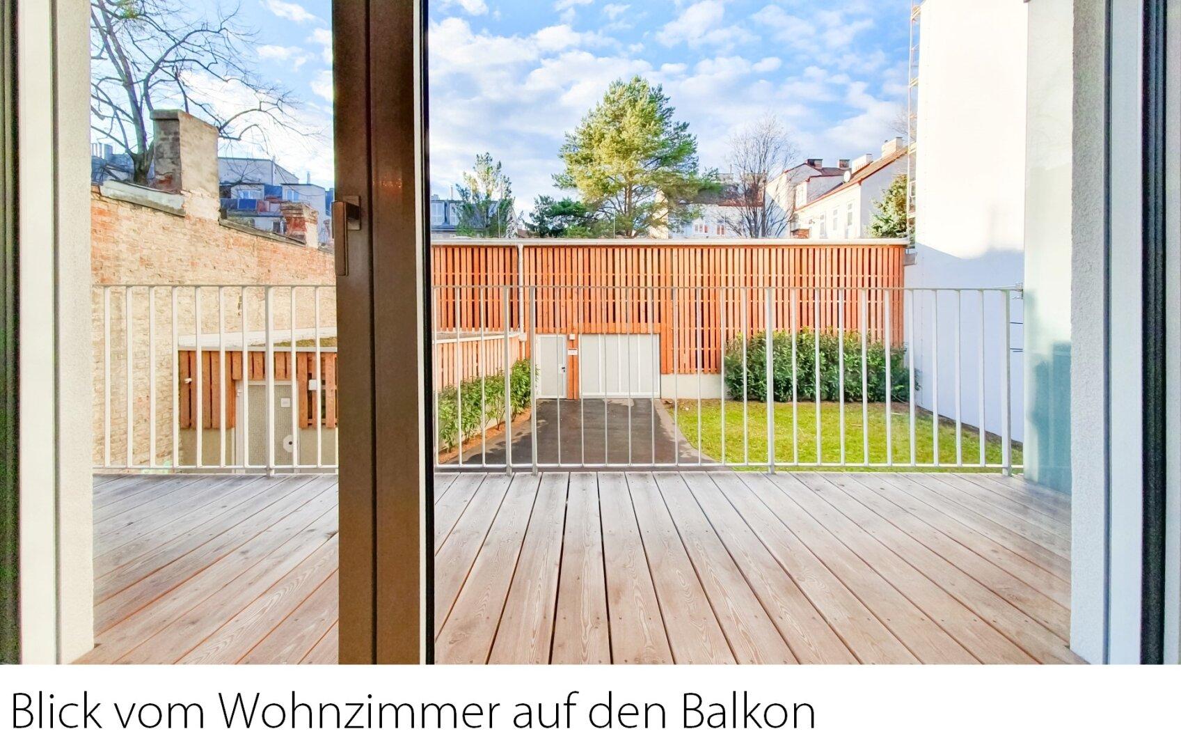Blick Wohnküche auf den Balkon