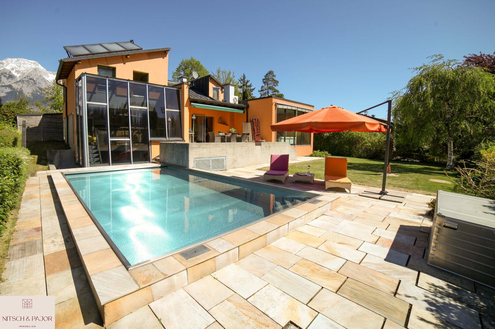 Blick über Pool zum Haus