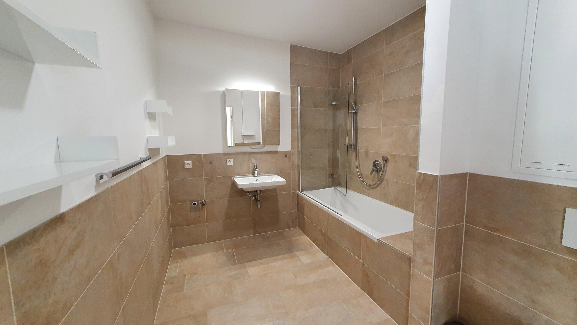Bad mit Wanne/Dusche Ansicht 1, 3-Zimmer Wohnung Kufstein Zentrum