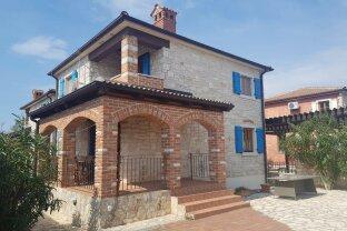 Geräumiges Haus im rustikalen Stil in einer der exklusivsten Gegenden von Istrien - nur 800 m zum Meer