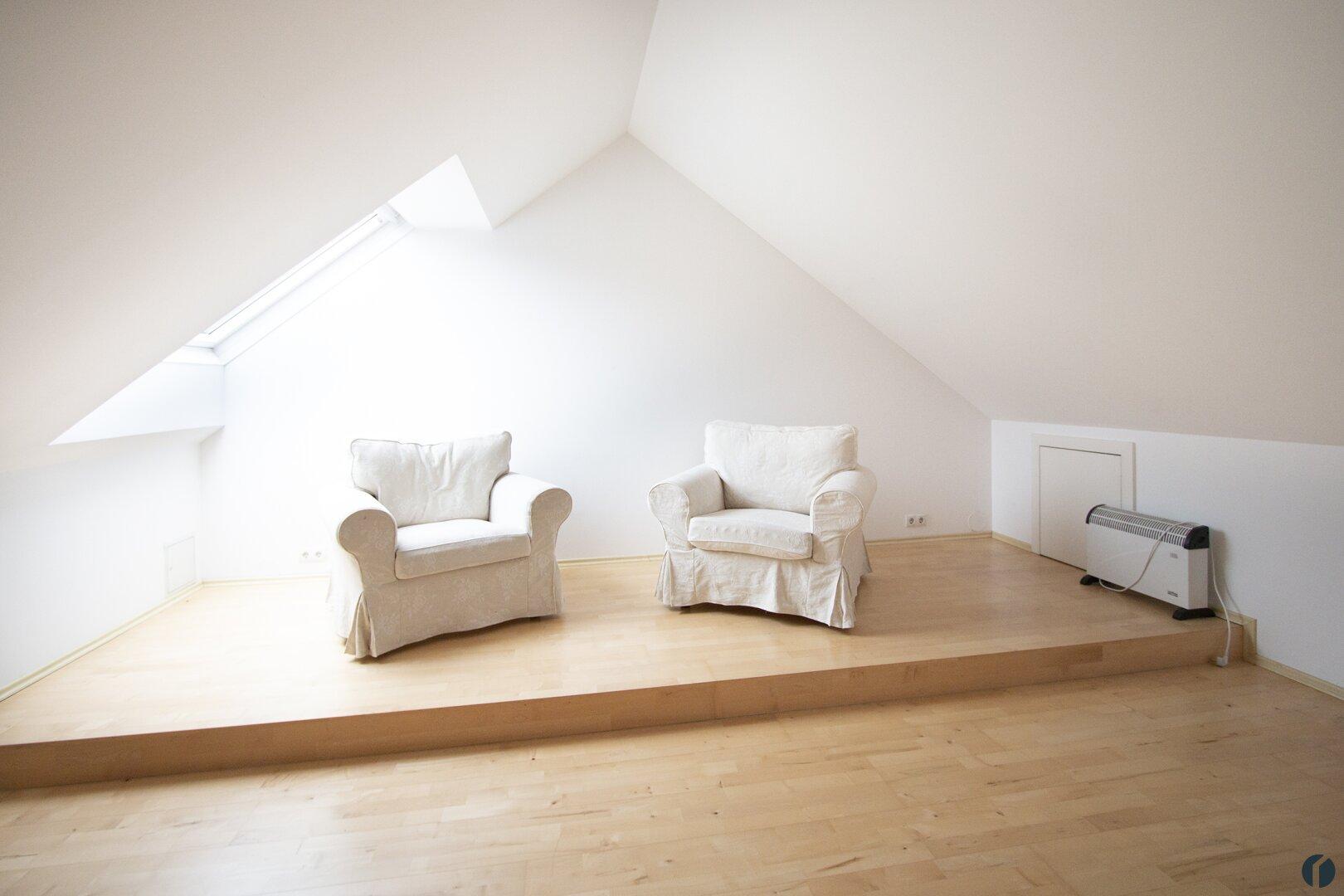 großer Raum im Dachgeschoss