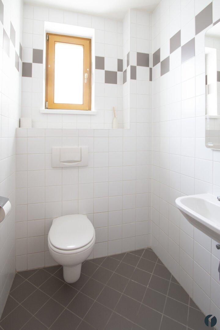 separates WC mit Handwaschbecken