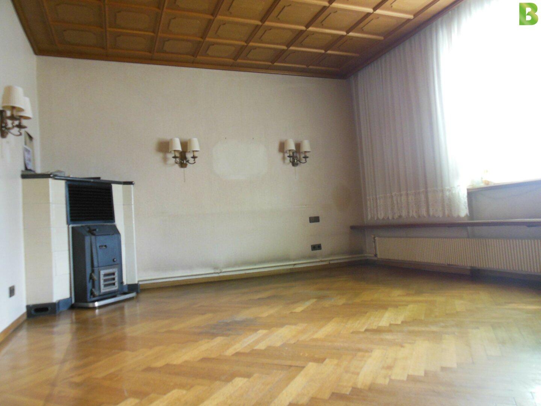 Wohnzimmer mit Echtparkett und Kamin