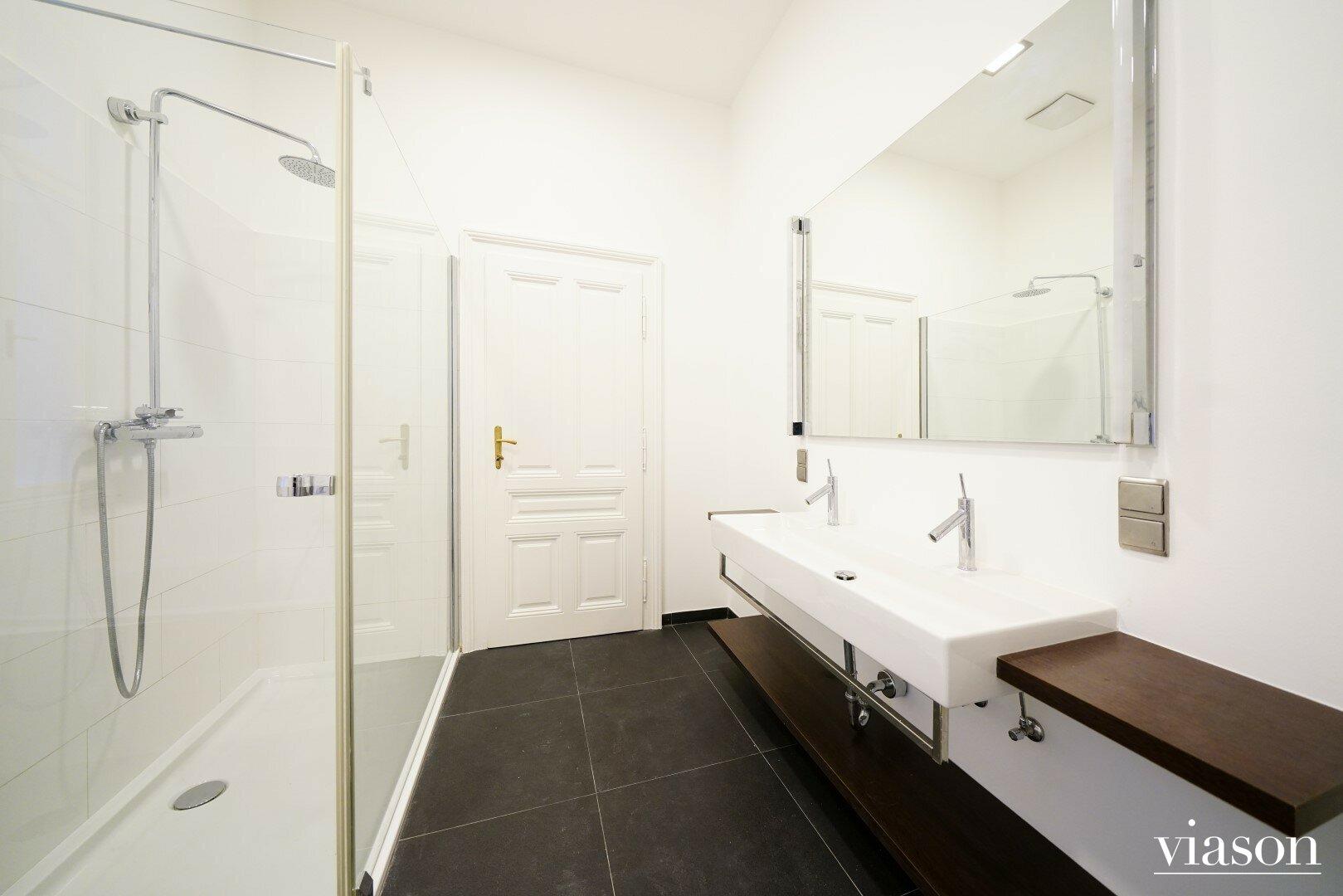 Badezimmer einer Wohnung im Haus