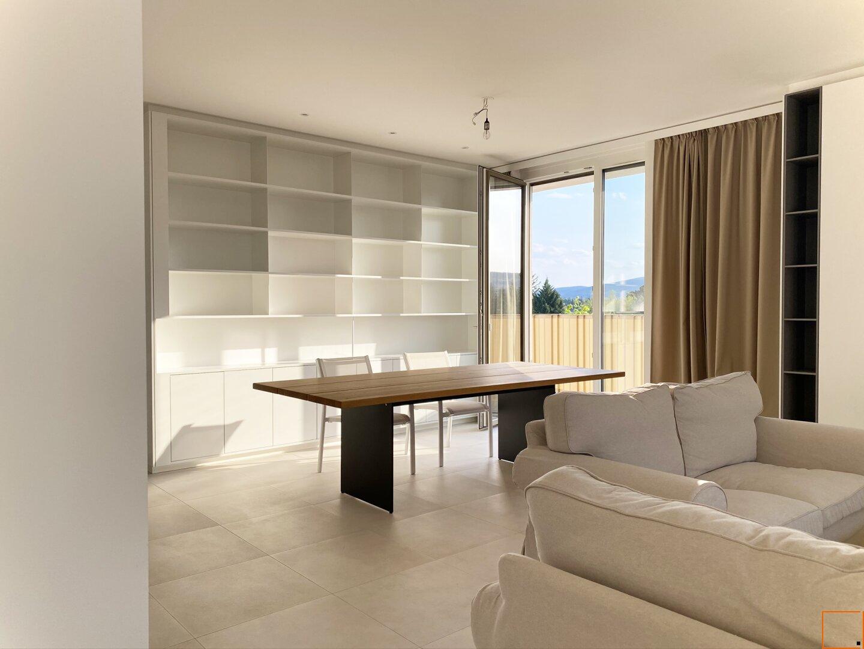 Wohnzimmer mit Blick auf Esstisch