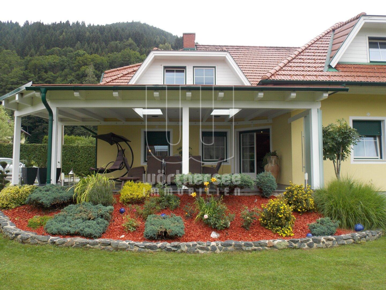 ... die große, überdachte Terrasse