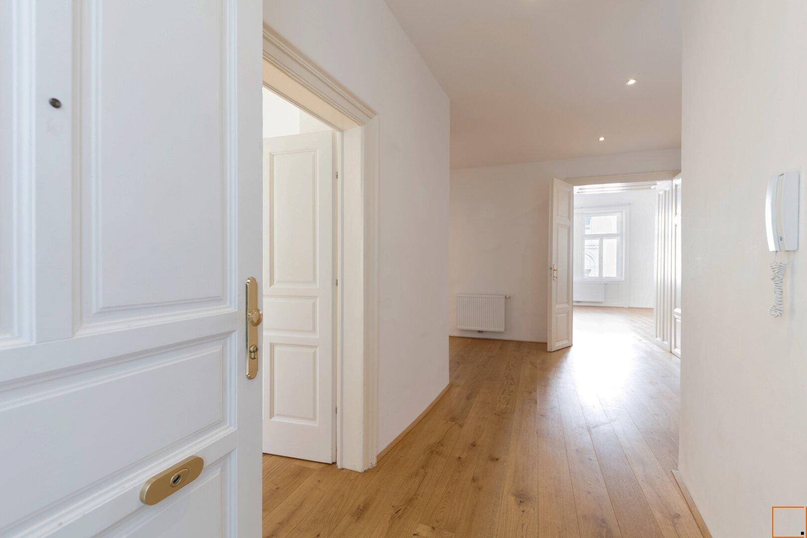Blick von Eingangstüre in Richtung Gäste- und Wohnzimmer