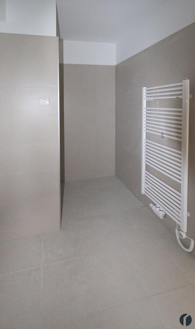 Badezimmer mit begehbarer Dusche und Handtuchheizkörper