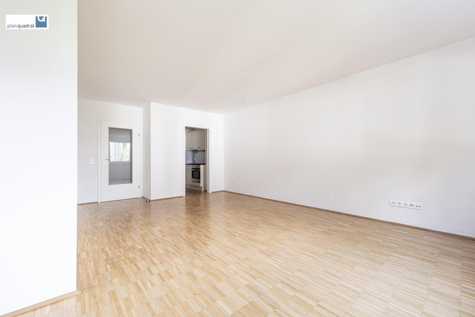 Wohn- / Esszimmer (ca. 26,60 m²) mit Zugang zur Küche
