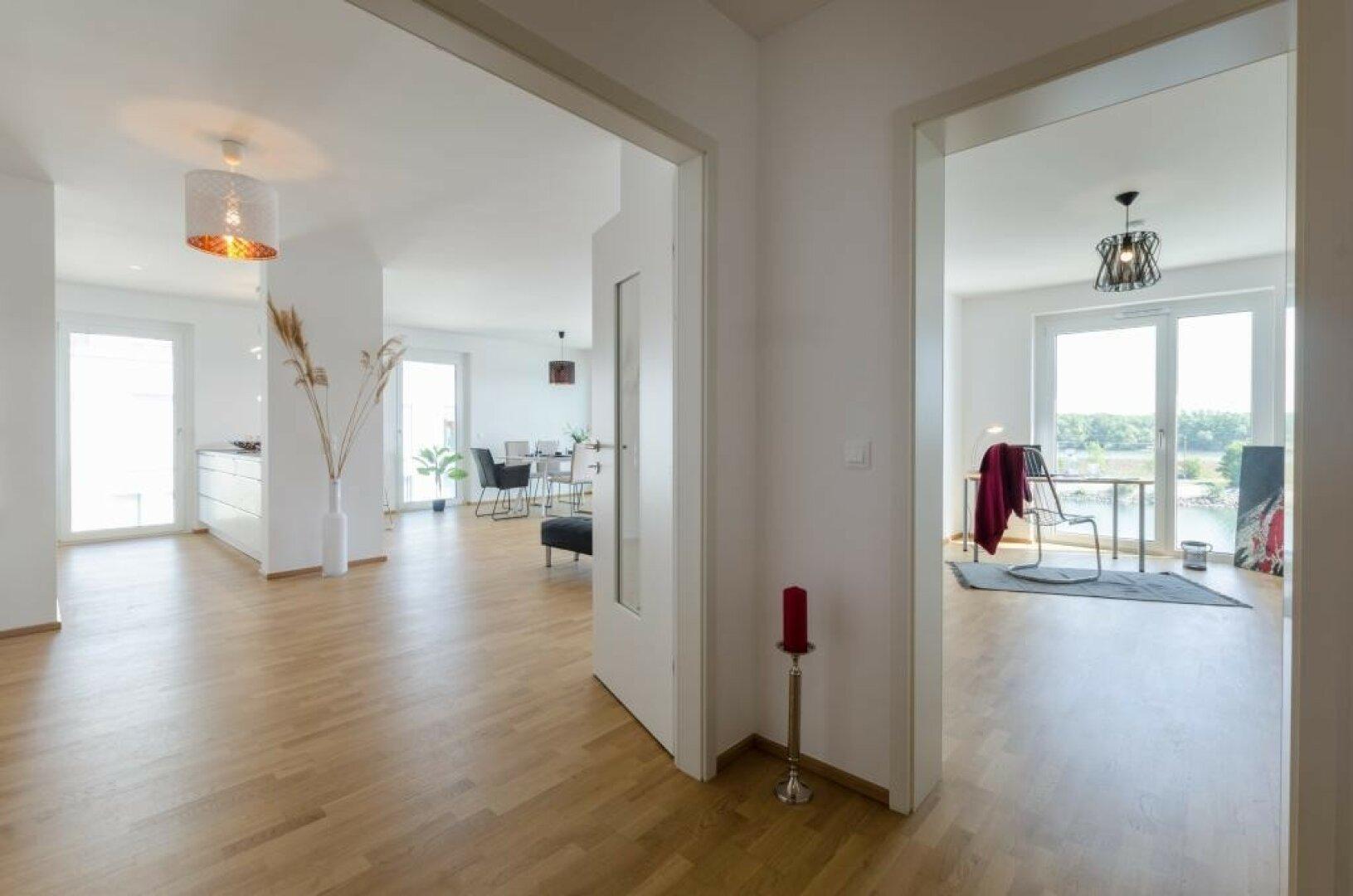 Blick in Zimmer 1 und Wohn- esszimmer
