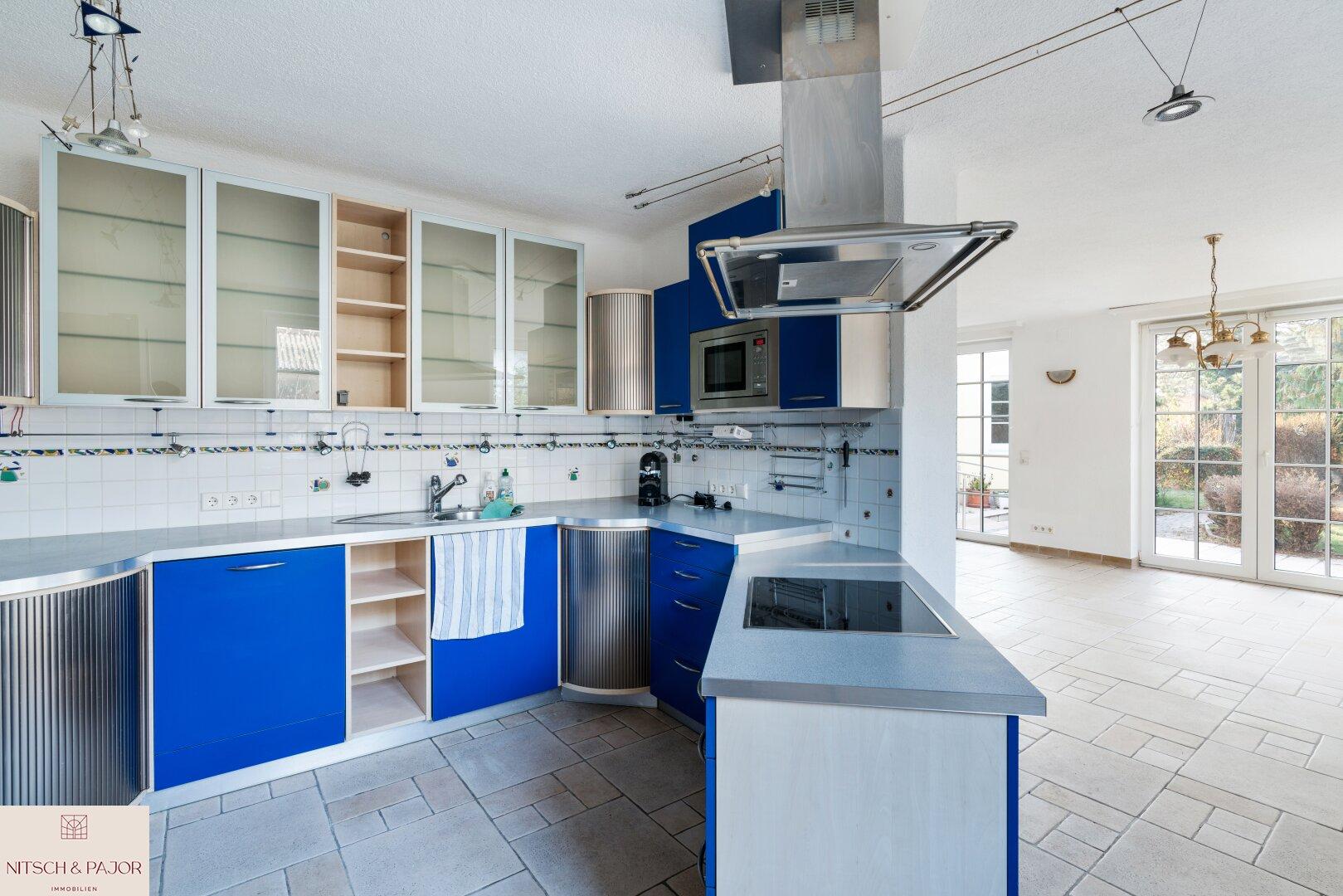 Offene Küche mit Blick in das Wohnzimmer