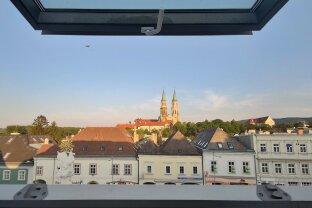 Stadtplatz: Galeriewohnung mit 4 Zimmern und Terrasse