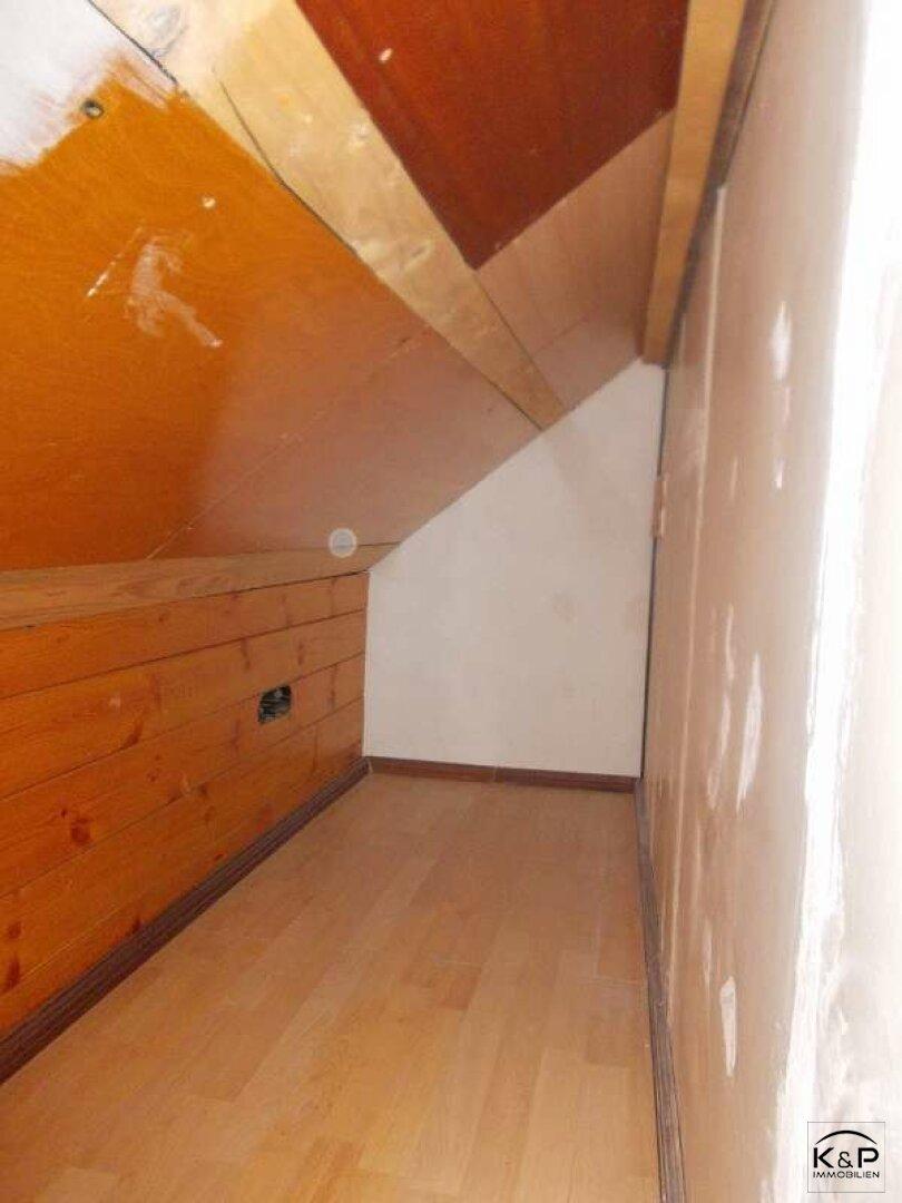 Dachboden, seitliche Abstellnischen - Stauraum