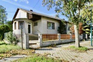 Renovierungsbedürftiges Einfamilienhaus in Ruhelage mit großem Garten in Halbturn