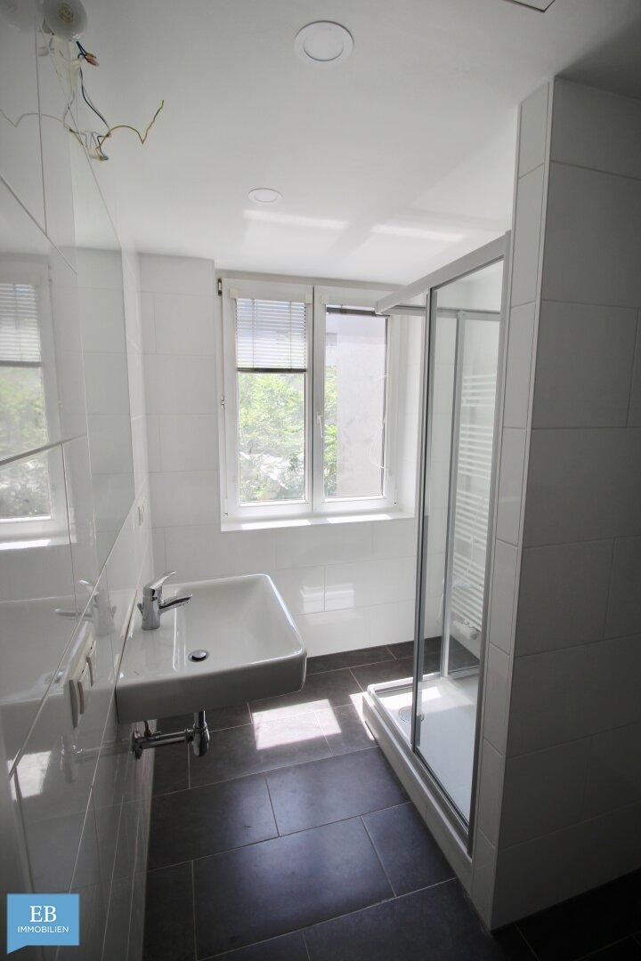 Bad inkl. Dusche und Tageslichtfenster