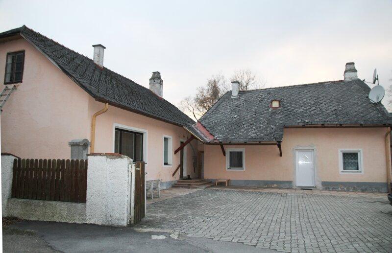 Kierling, 209 m² Mehrfamilienhaus (Doppelhaus), 964m² Grund, Garagen, Stellplätze, Gärten. BAULICH ERWEITERBAR!
