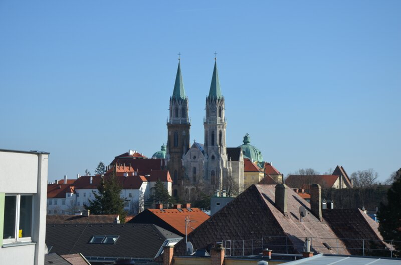 ARCHITEKTONISCH HERAUSRAGENDE WOHNUNG MIT DIREKTEM STIFTBLICK. Ihre repräsentative Familienwohnung im Zentrum von Klosterneuburg.