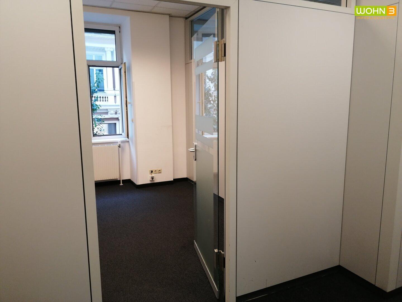 Flur blick ins Büro1