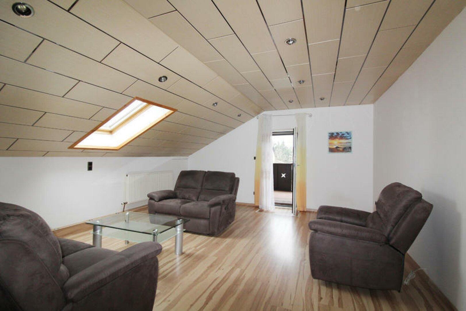 OG Wohnzimmer mit großem Balkon