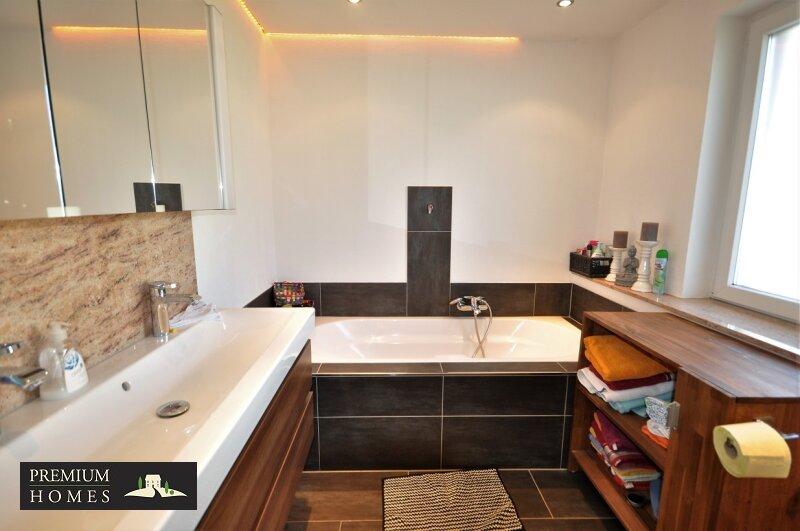 Angerberg_Doppelhaushälfte_Bad mit Badewanne/Dusche und Toilette