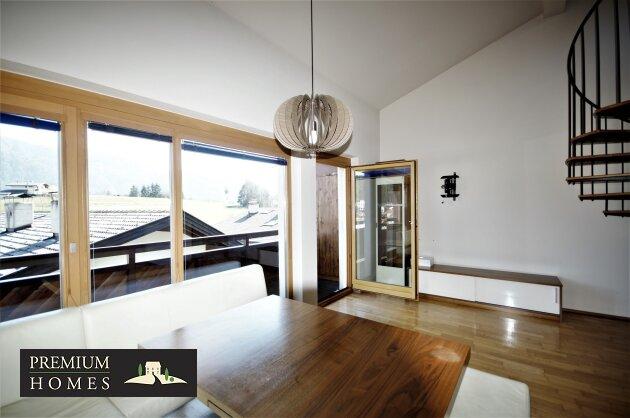 Breitenbach-Dorf-Mietwohnung-Wohnzimmer mit Zugang zum Balkon