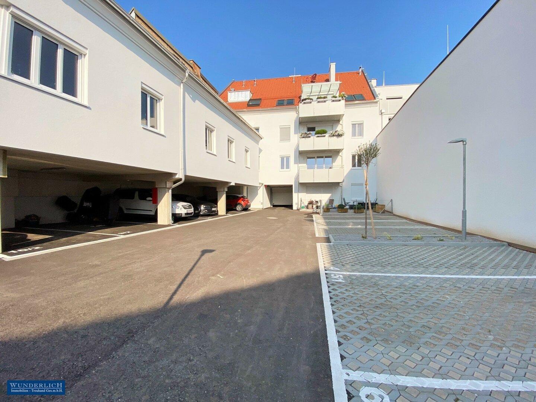 Innenhof mit PKW-Stellplätzen