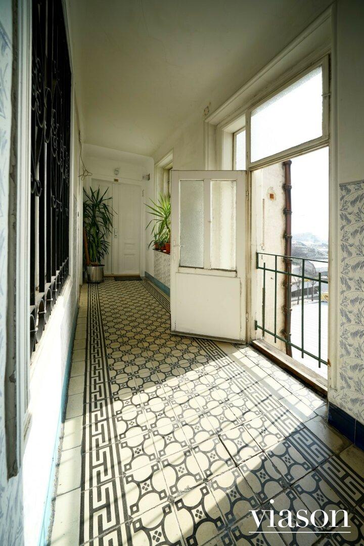 Links die Wohnung rechts der Balkon