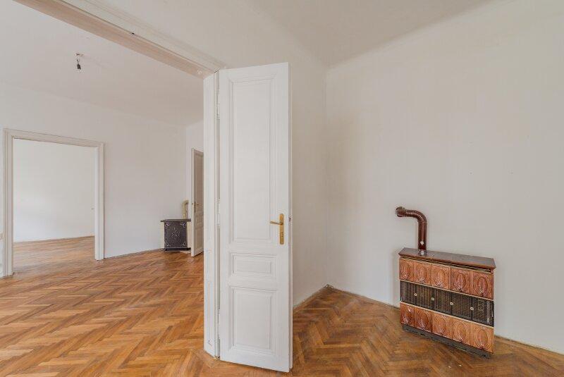 ++NEU++ Sanierungsbedürftige Stilaltbauwohnung in aufstrebender Lage! 4-Zimmer möglich! /  / 1150Wien / Bild 2