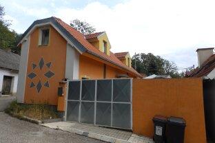 Modern adaptiertes Wohnhaus mit kleinem Innenhof