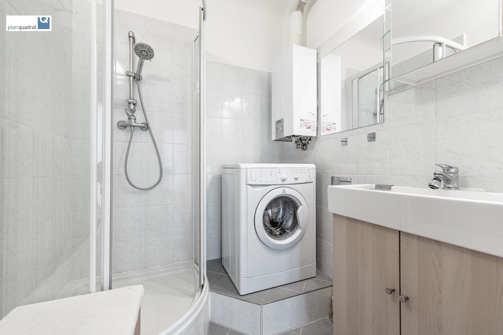 Badezimmer (ca. 3,10 m²) - mit Waschbecken, Dusche und Wa-Ma-Anschluss