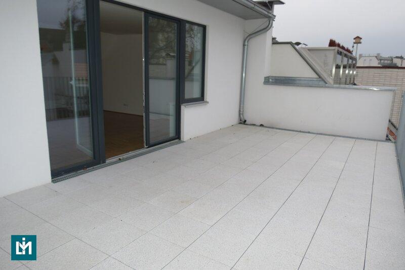 Dachgeschosswohnung mit riesiger Terrasse in Hofruhelage!
