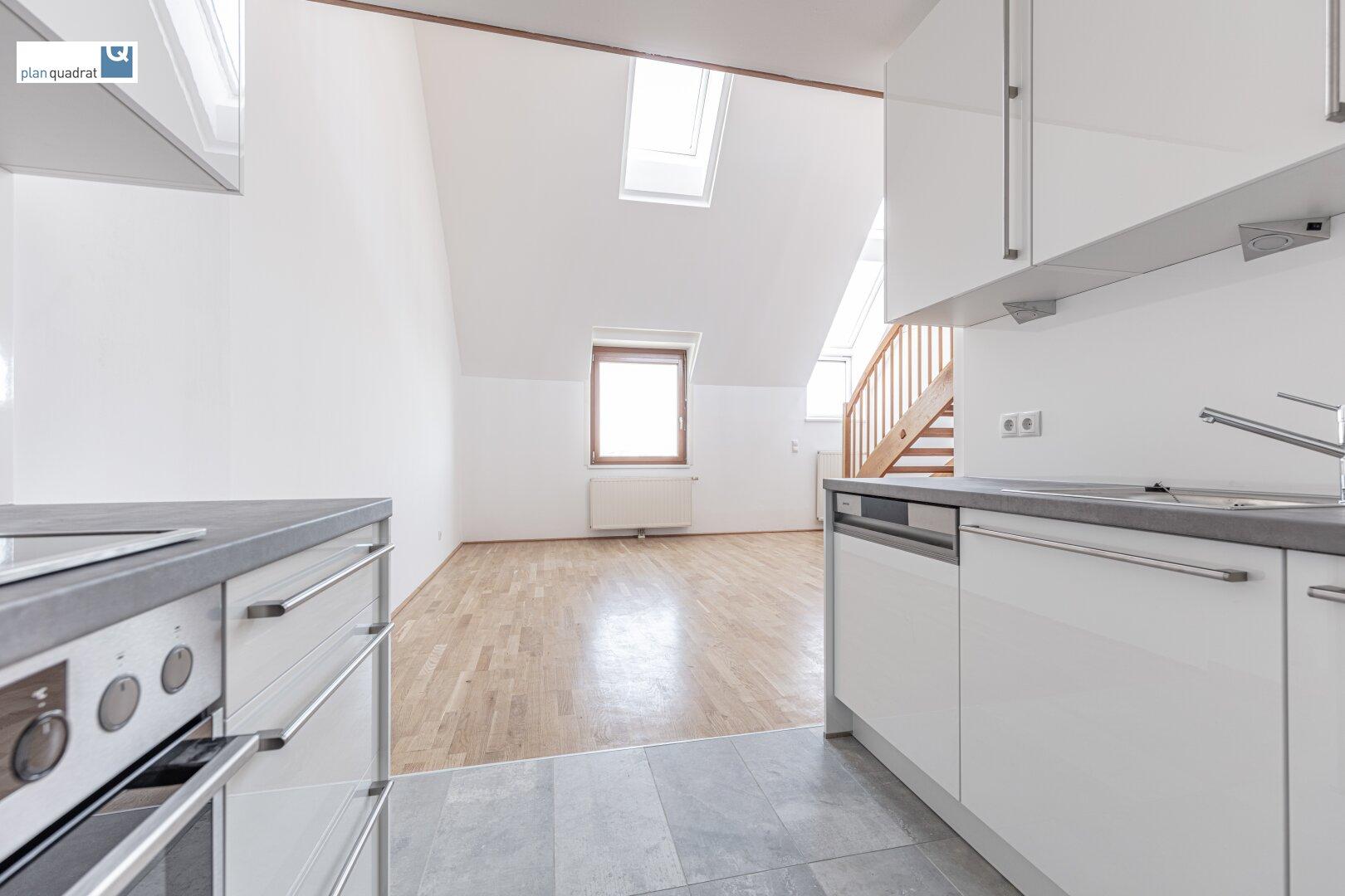 Küche (ca. 5,20 m²) mit Blick ins Wohn- / Esszimmer