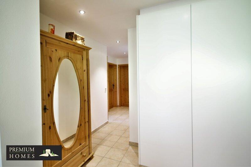 Ellmau - Eigentumswohnung - Flur mit Holztüren und Schrank-System