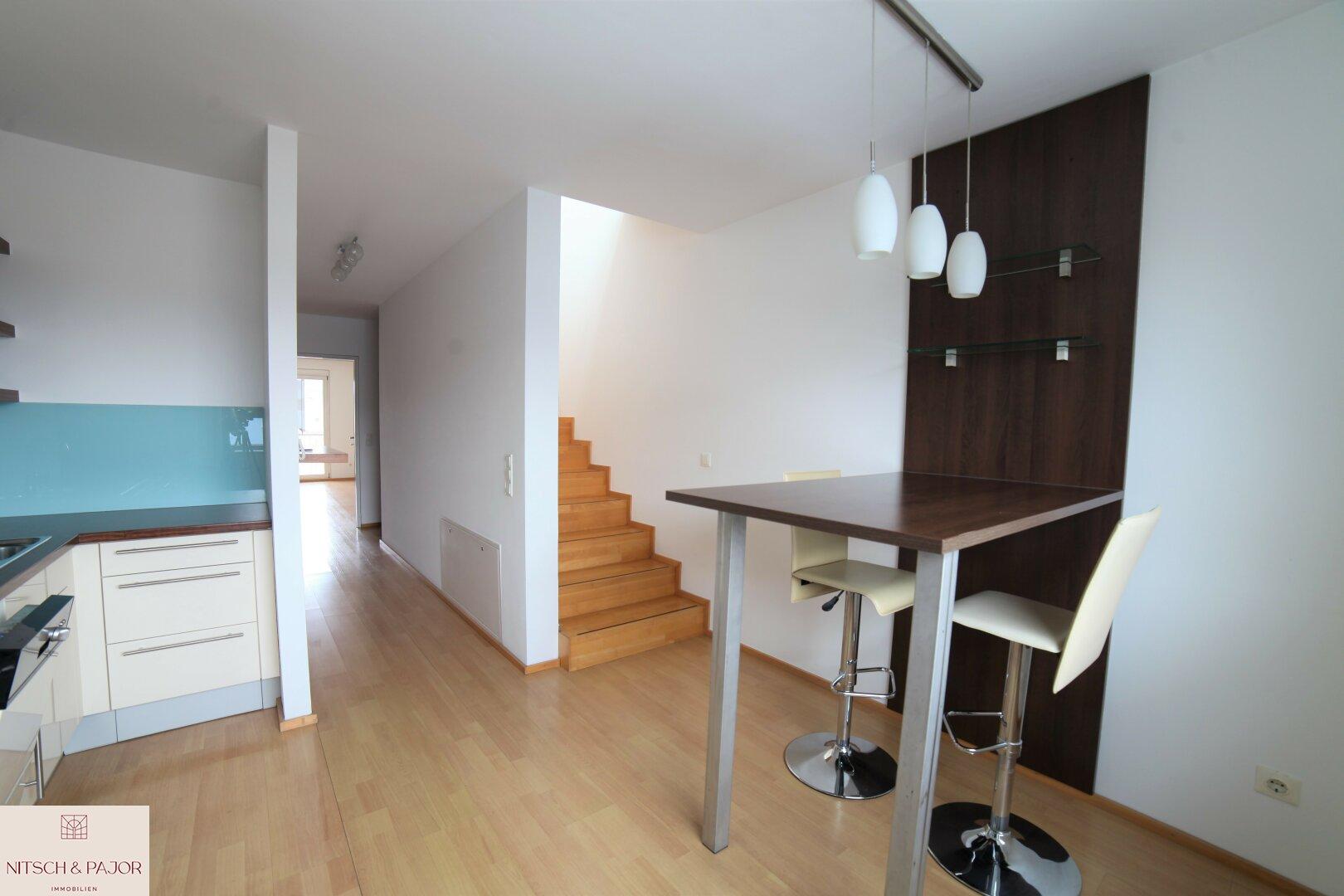 Küche mit Sitzplatz und Aufgang zum Wohnzimmer