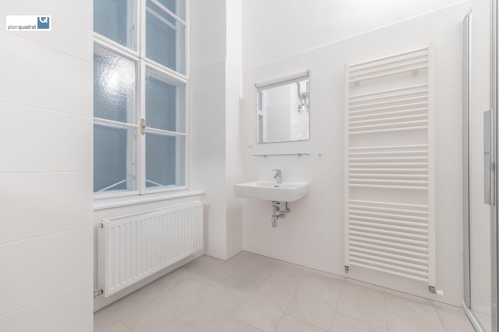 Badezimmer (ca. 6,20 m²) mit zwei Waschbecken und Dusche