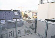 Erstbezug: 50m² DG-Wohnung + 8m² Terrasse im toprenovierten Altbau!