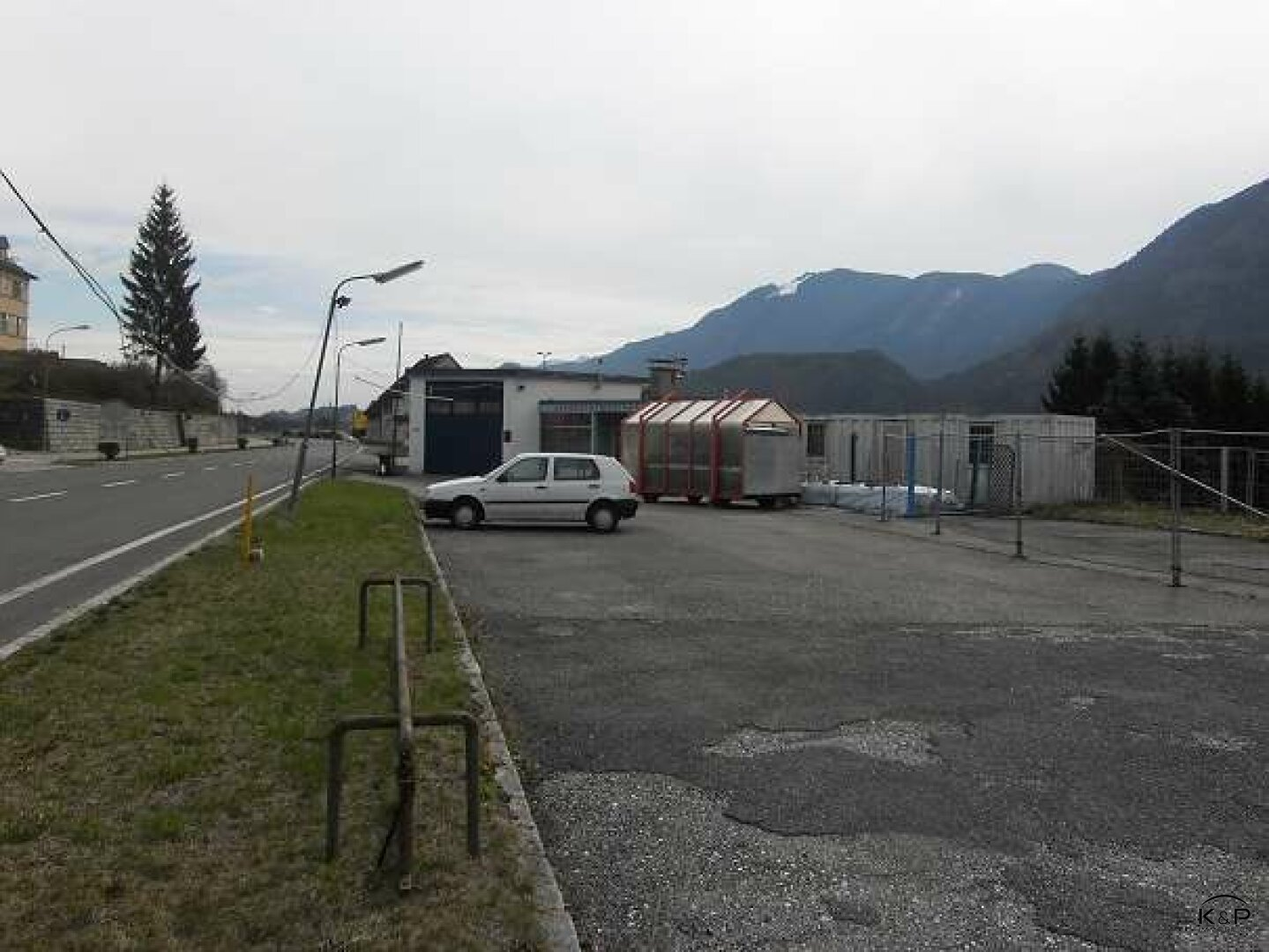 Ausstellungs- und Parkflächen entlang der Bundesstraße!