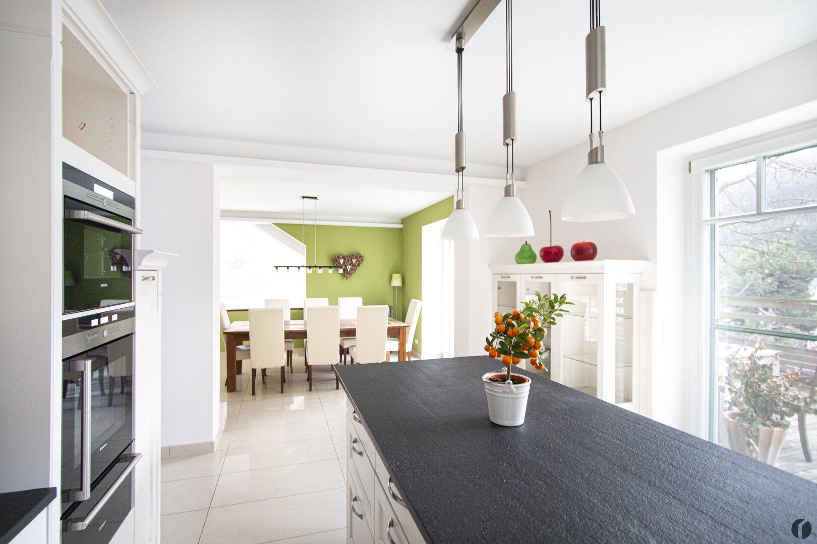 offene Küche - Blick zum Essbereich