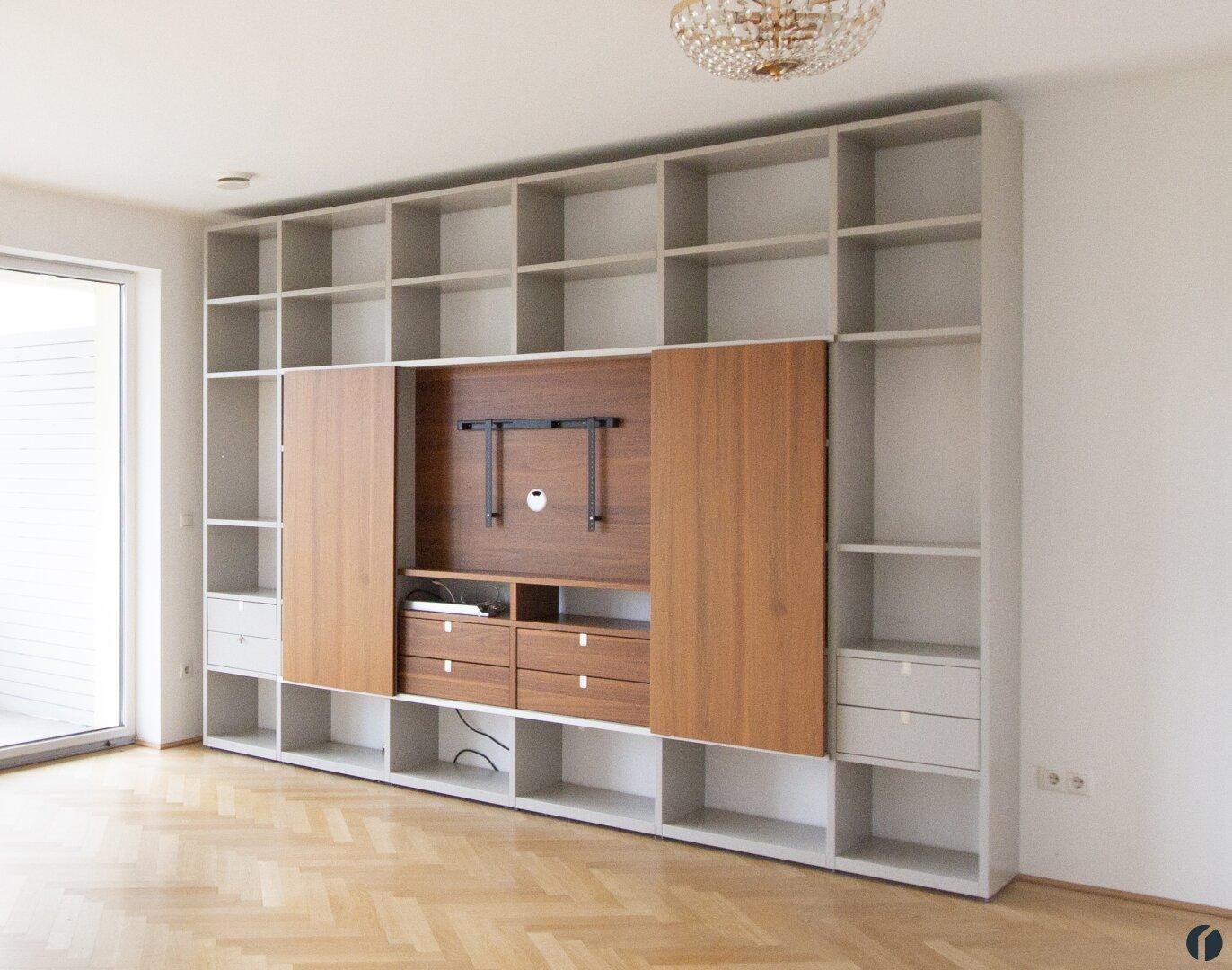 großer Wohnzimmer Verbau mit verstecktem TV Schrank