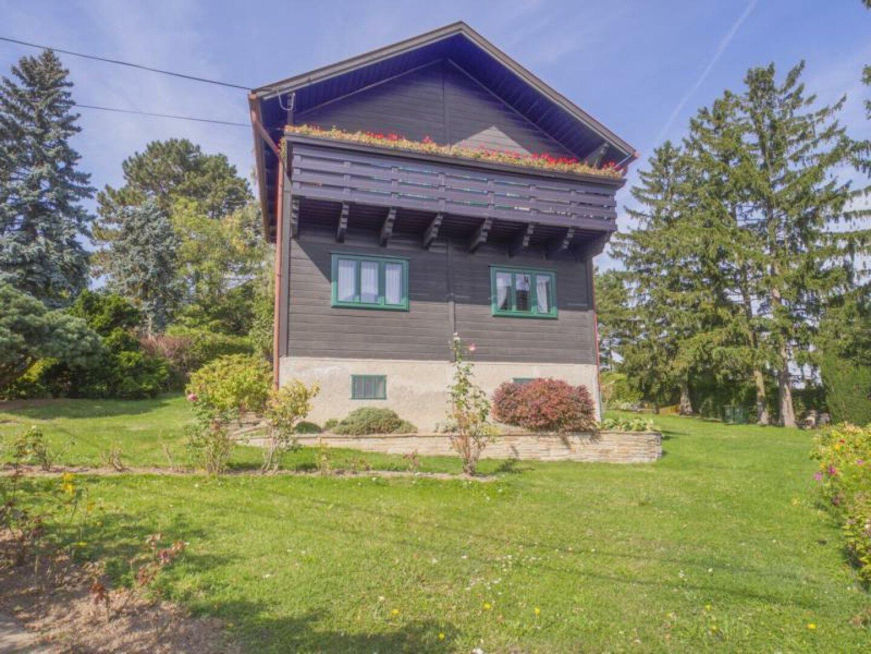 Das Haus trohnt über dem Tal