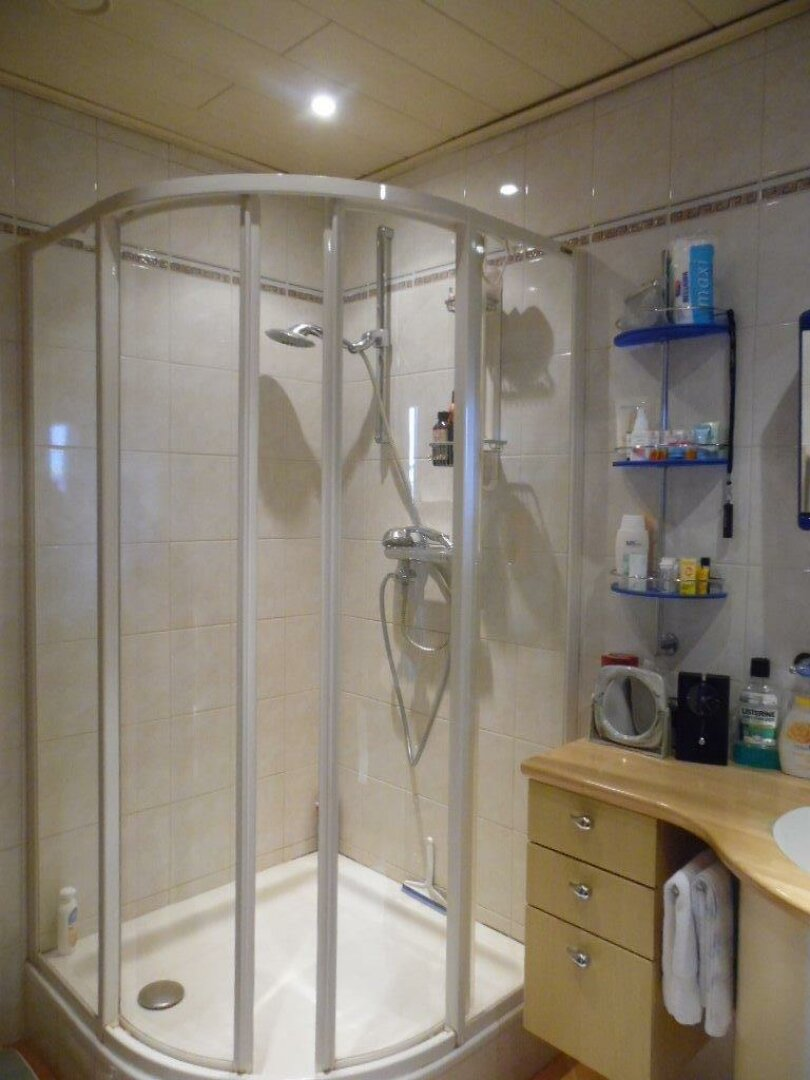 Badezimmer mit Dusche EG