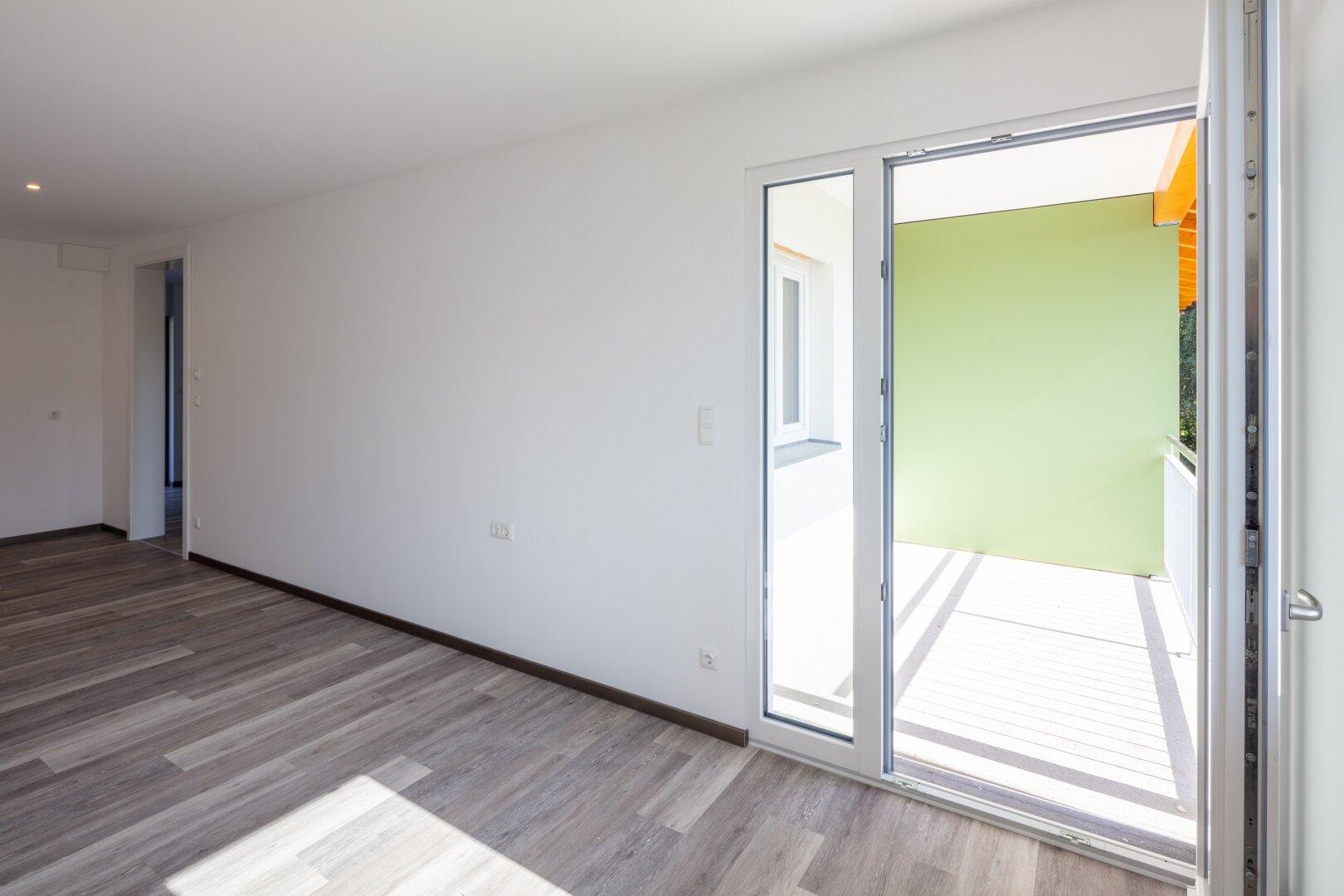 Blick vom Wohnraum auf Loggia einer 46 m² Wohnung