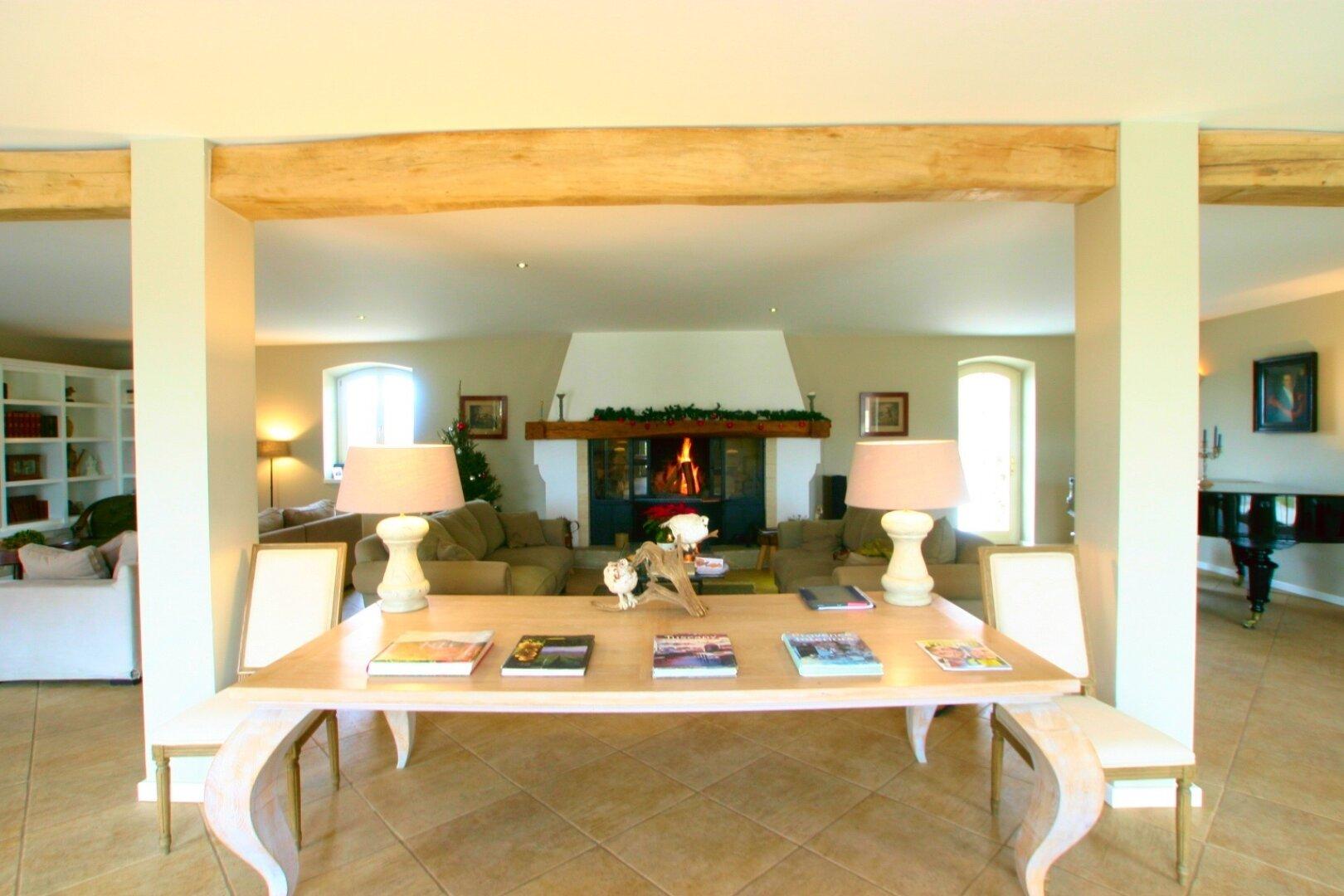 Lounge mit riesigem Kamin