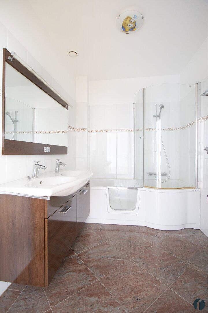 Badezimmer mit Badewanne mit Duscheinstieg
