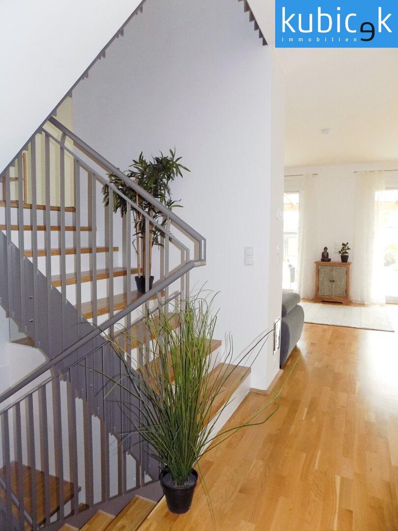 Stiegenhaus mit Blick ins Wohnzimmer